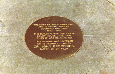 Photograph, Plaque to mark site of the first St Kilda Town Hall (1859-1890)