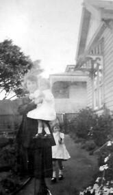 Photograph, Douglas and Jean Sneddon with Alice Keane, 14 Suffolk Road, Surrey Hills