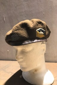 Cloth beret with badge and colour patch