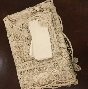 Supper cloth and serviettes